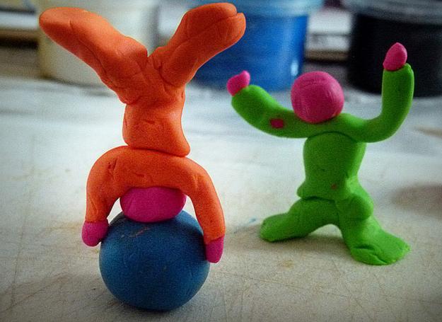 La stimulation créative avec la pâte à modeler et l'argile